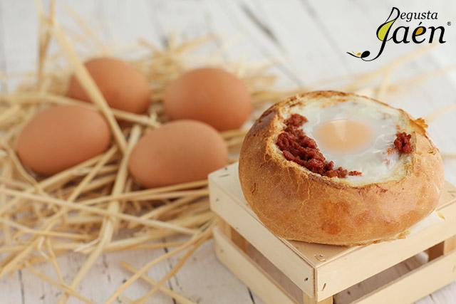 Huevos en nido de pan con picadillo de chorizo (1)