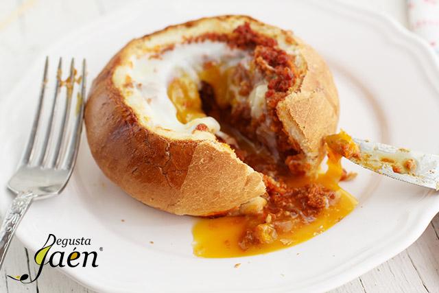 Huevos en nido de pan con picadillo de chorizo (2)