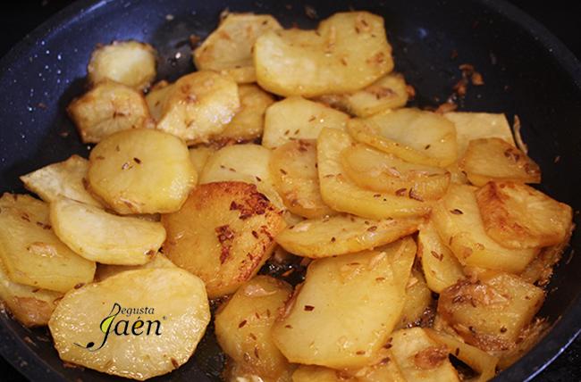 Paletilla preasada y patatas al ajillo pastor