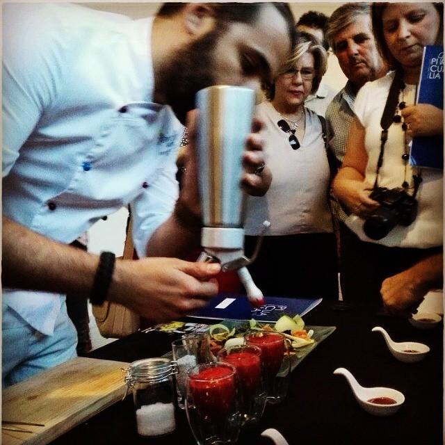 Marcos Castillo preparando su vinagreta