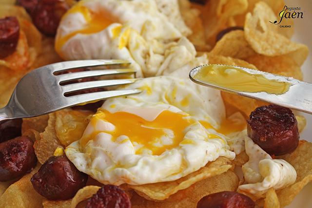 Huevos rotos con patatas chips y chorizo jabali Degusta Jaen (1)
