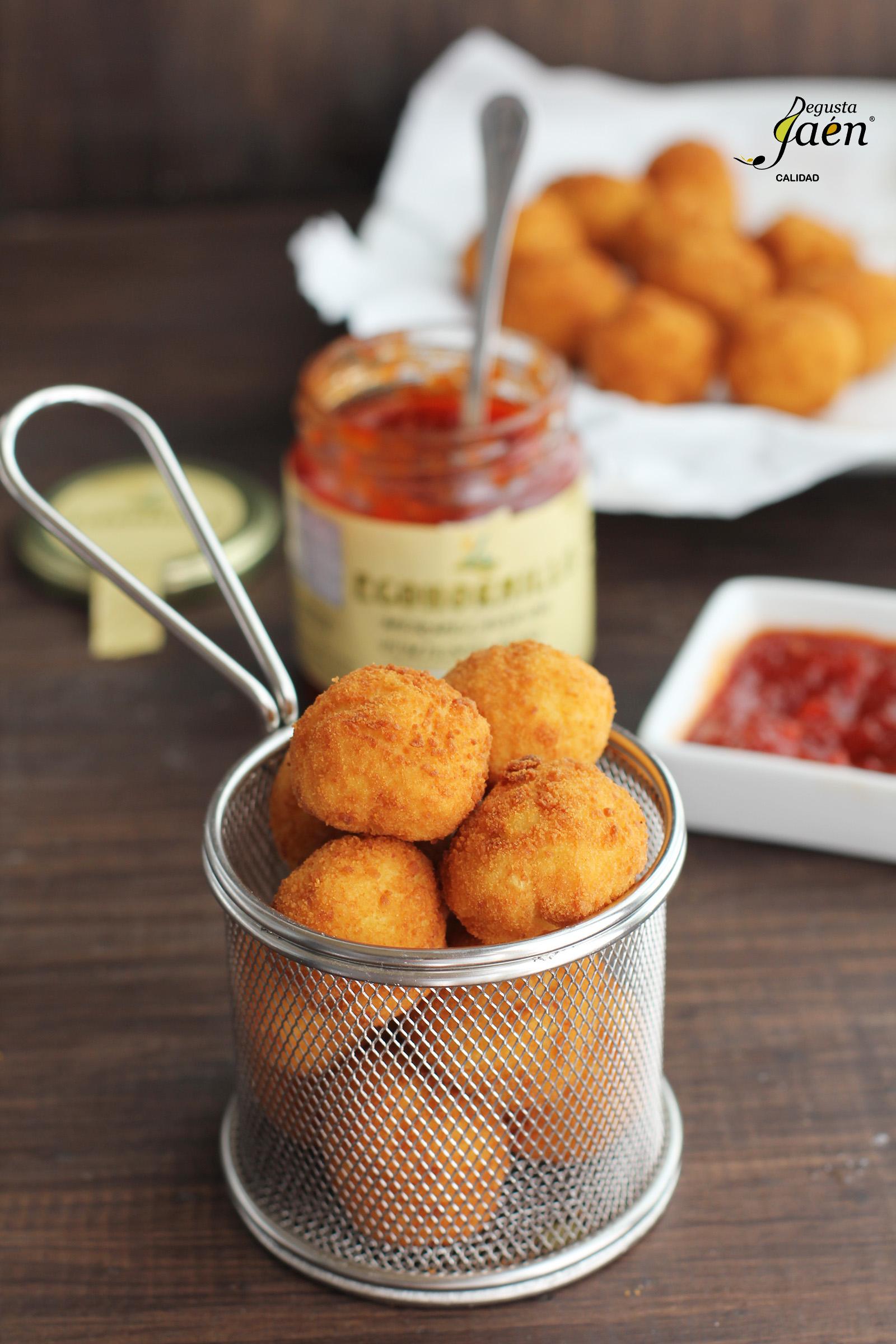 Bolitas de patata y merluza con mermelada de pimientos Degusta Jaen
