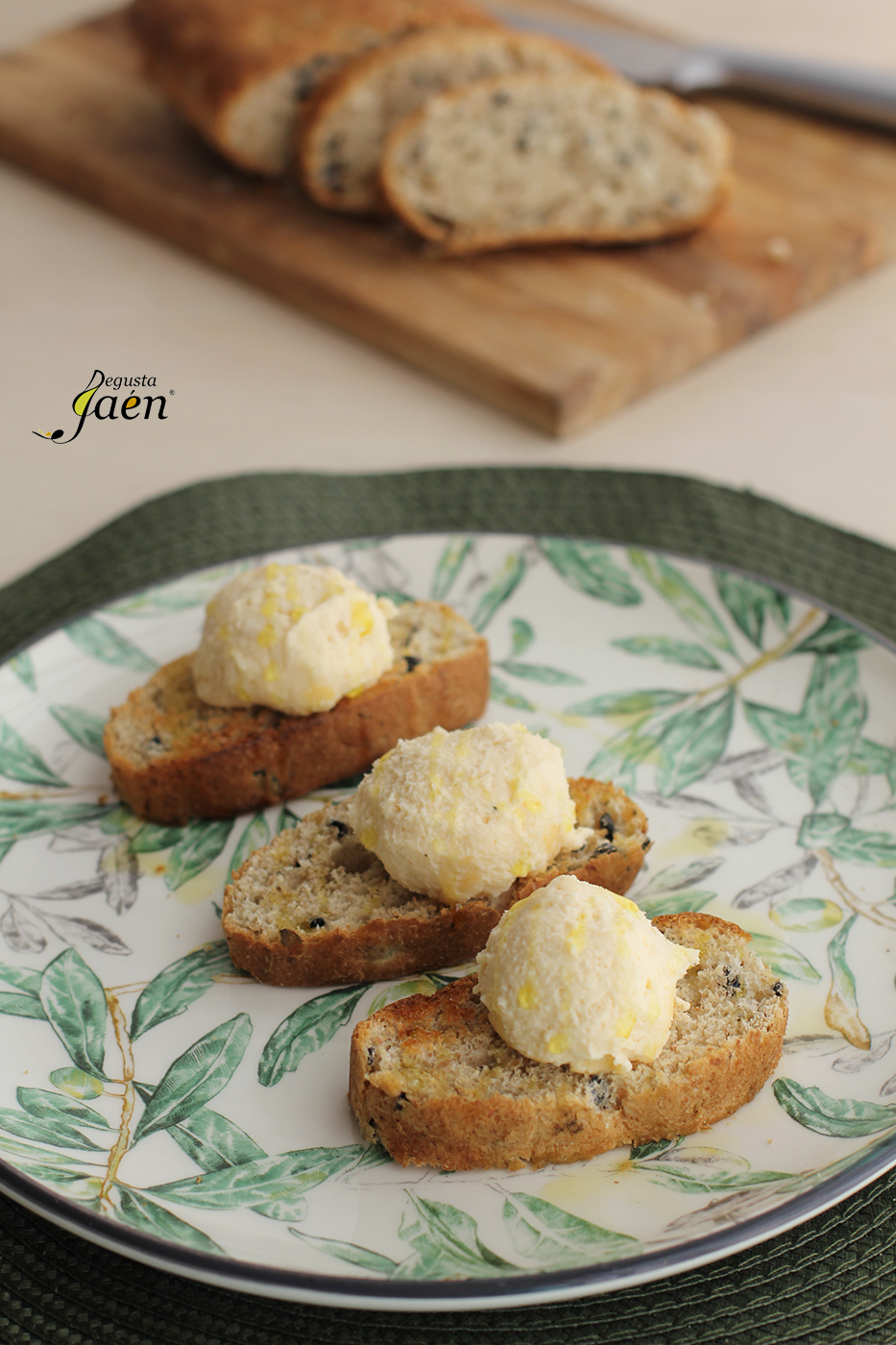 Mousse de queso curado con pate de aceitunas Degusta Jaen (1)