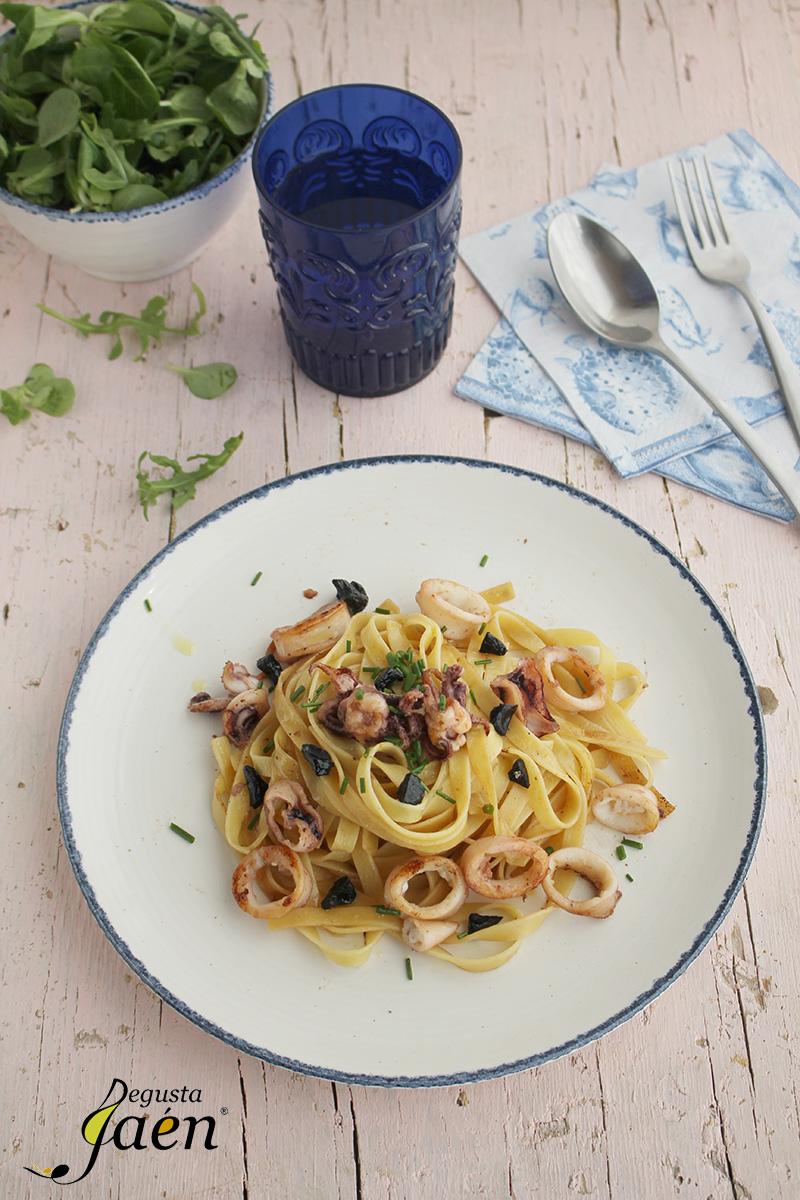 Tallarines con calamares y ajo negro (1)