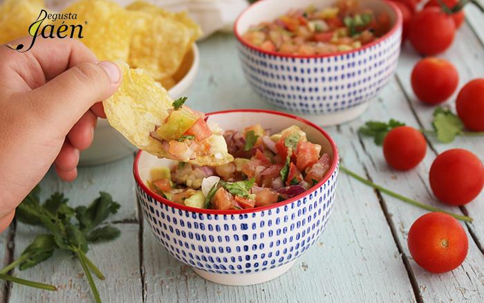 Patatas fritas con picadillo de tomate y aguacate Degusta Jaén (2)